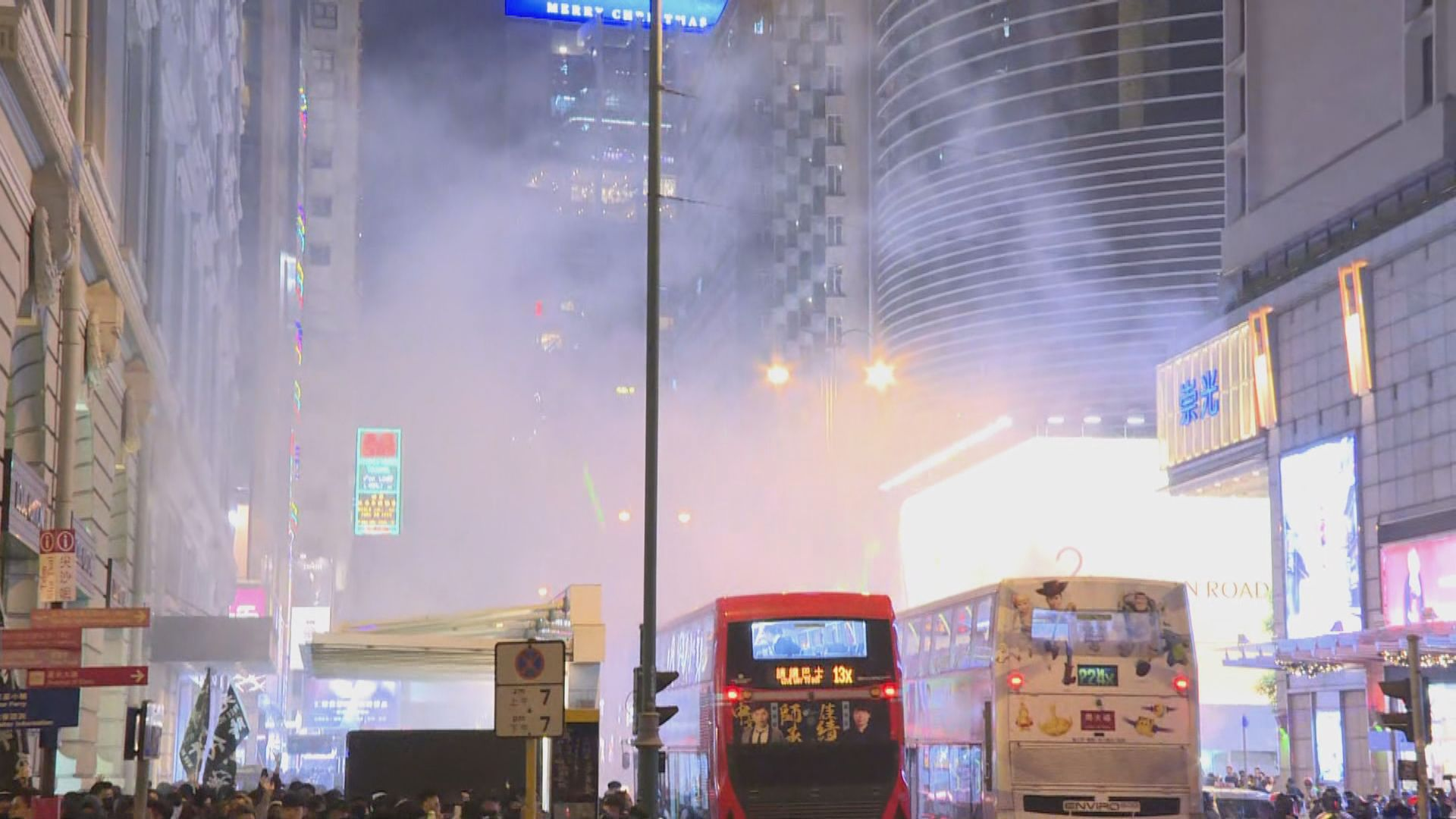 有示威者走出彌敦道 警方施放催淚彈驅散