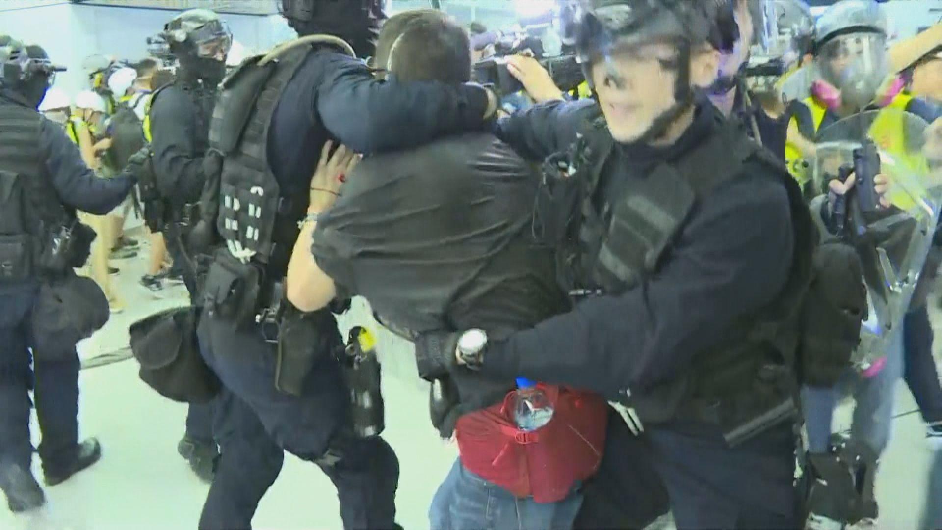 警方衝入元朗站拘捕示威者 有人受傷