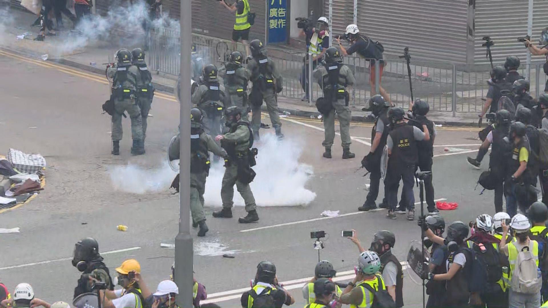 警方在大馬路南邊圍施放催淚煙驅散示威者