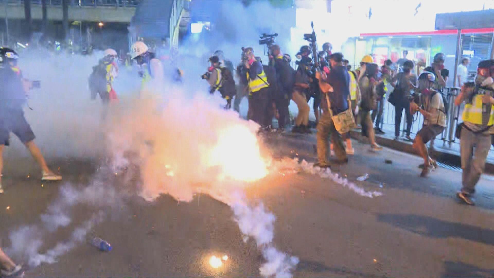 示威者元朗大馬路堵路及投擲汽油彈 警方多次放催淚彈驅散