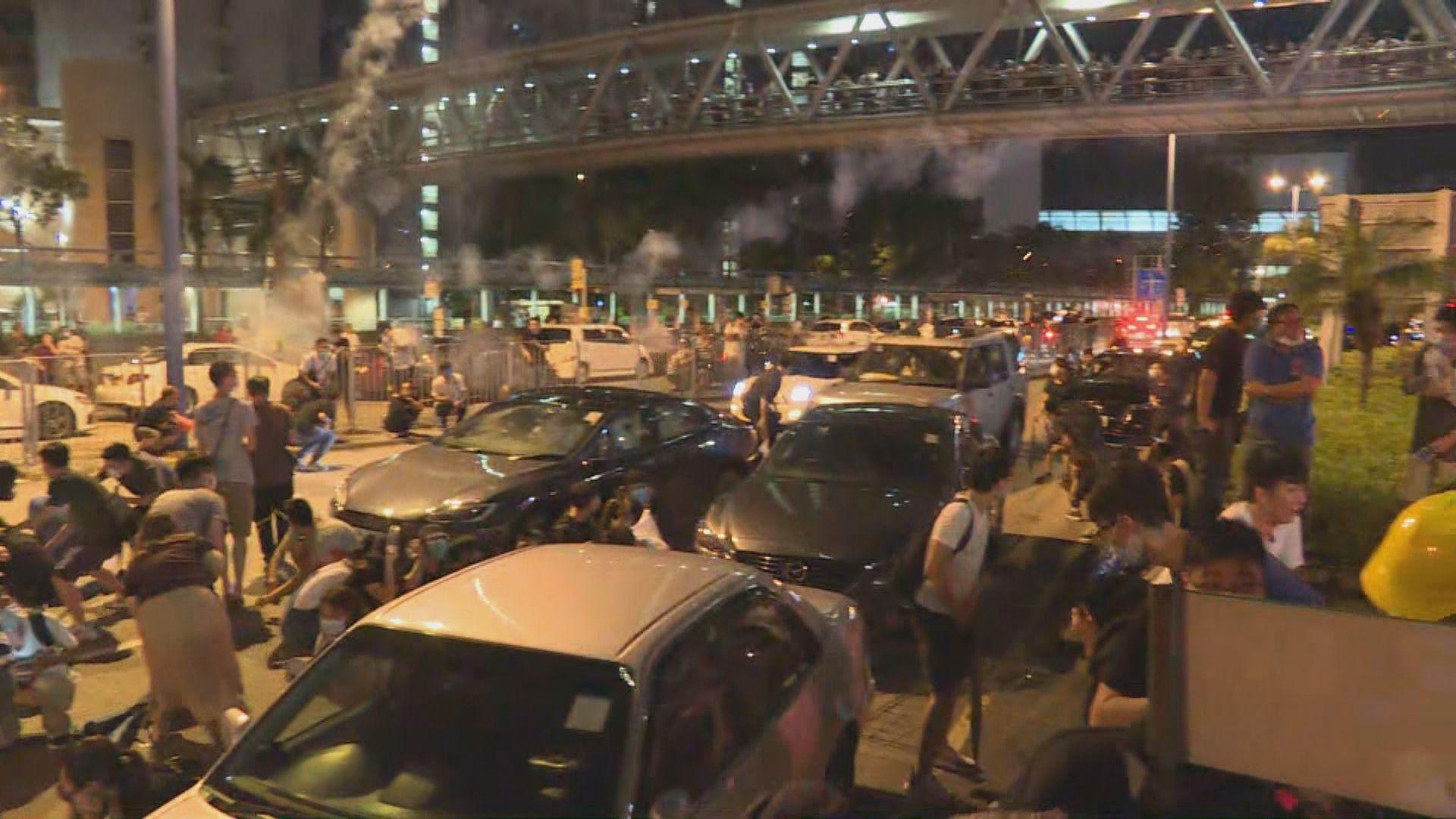 天水圍警署外向人群射煙花 警方拘三人