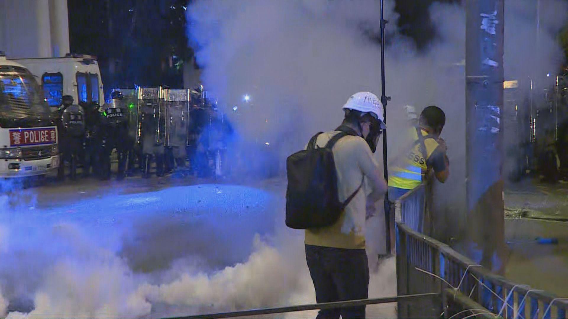 入夜後警方將示威者驅趕至元朗西鐵站