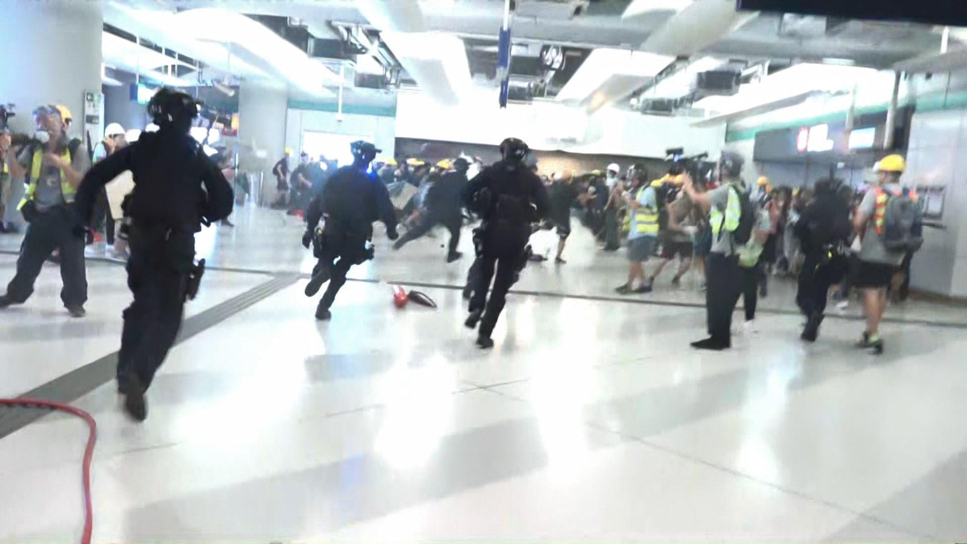 元朗衝突 警拘11男涉非法集結及襲警等