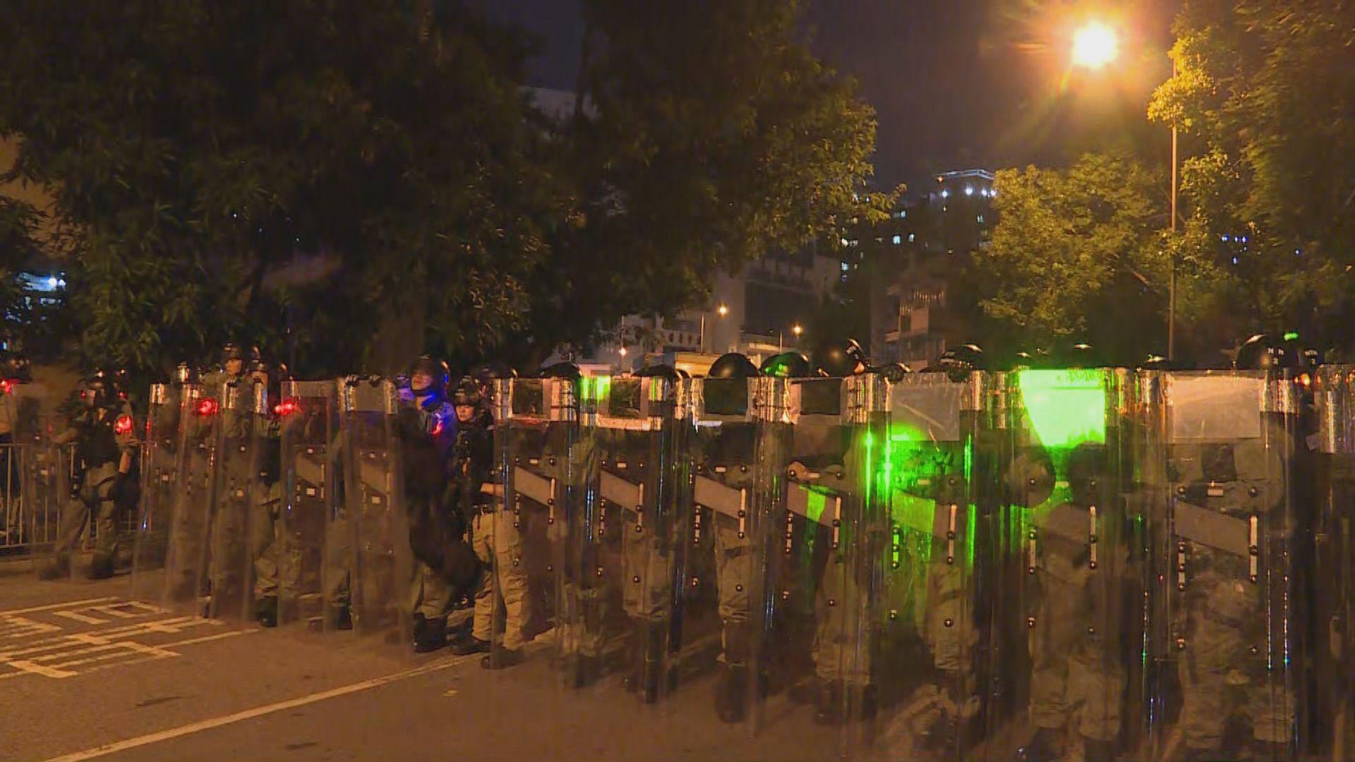 防暴警察驅散在元朗港鐵站外聚集示威者