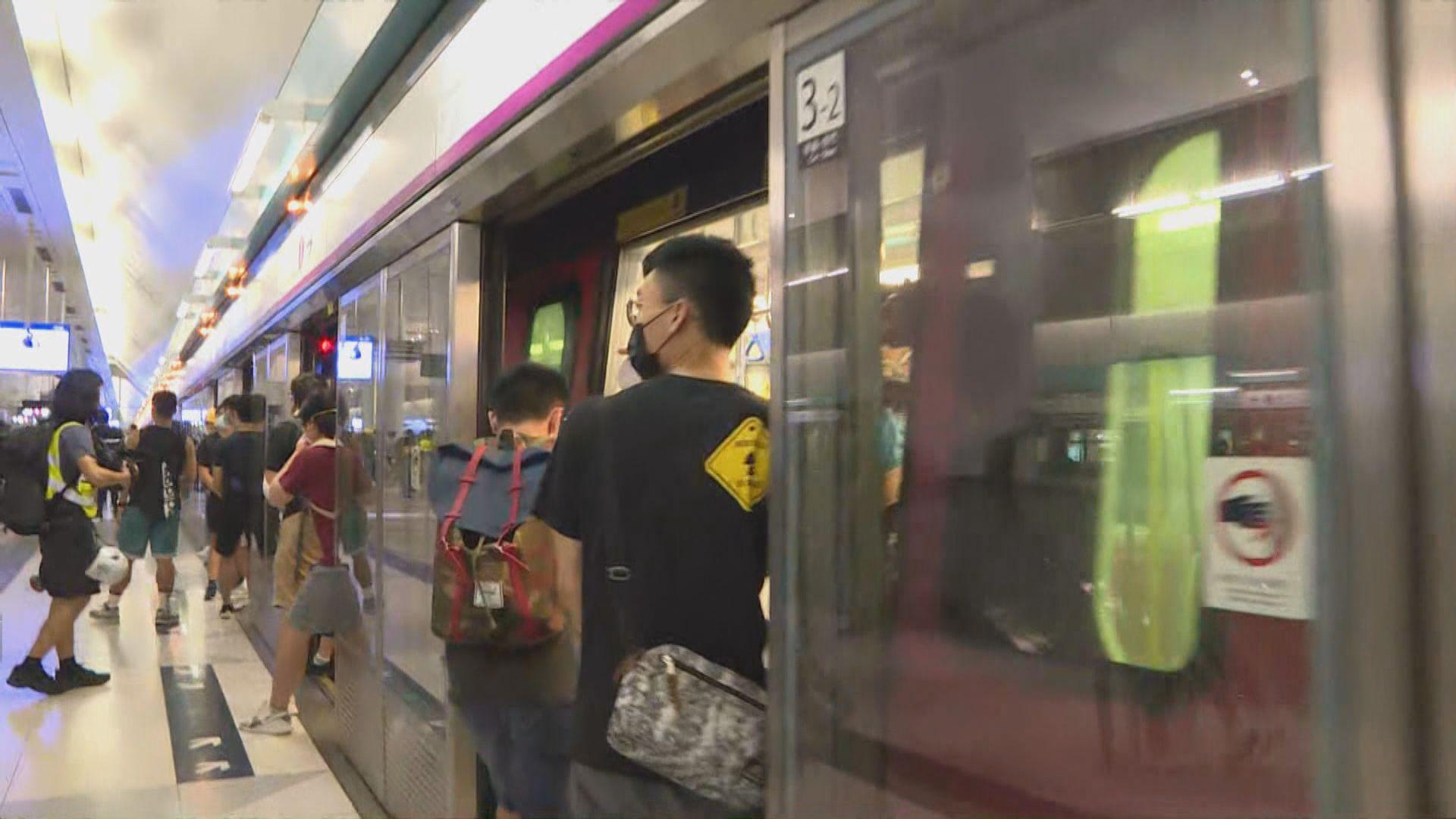 示威者到月台分批坐特別列車離開元朗