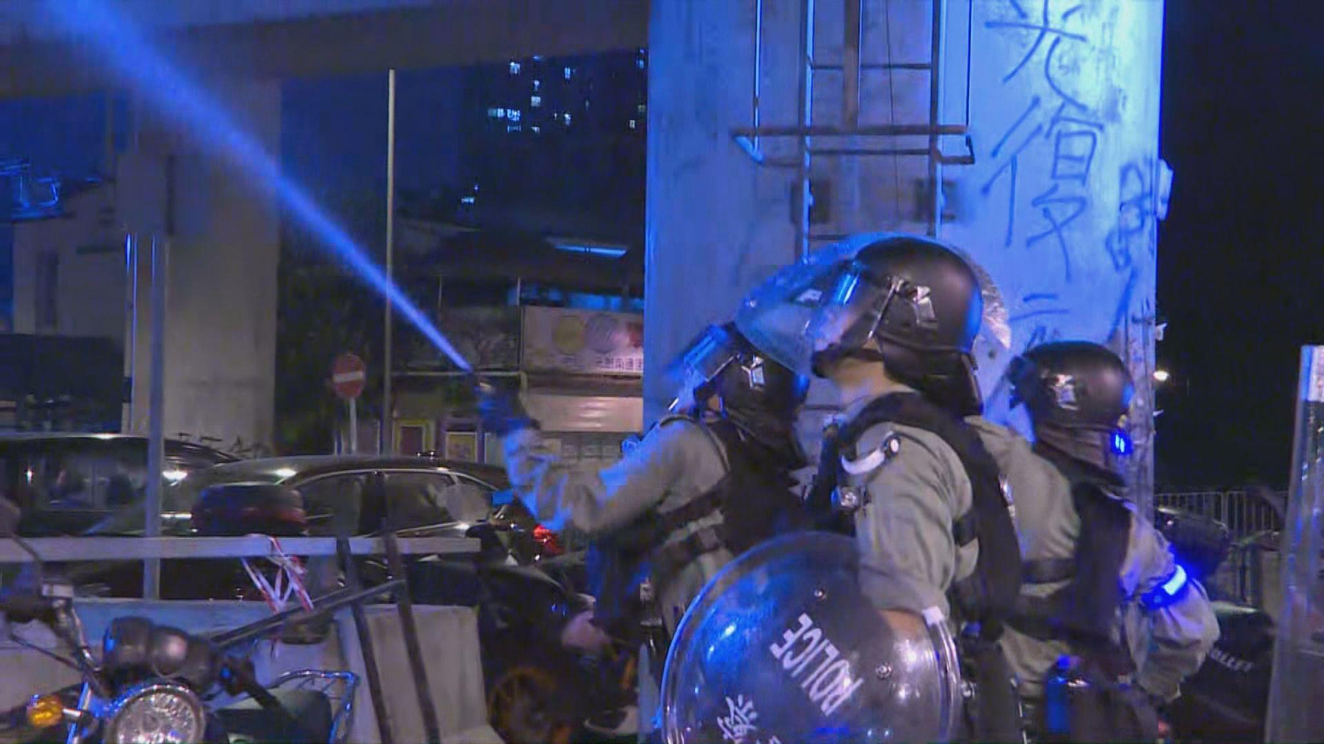 示威者元朗站一帶聚集 防暴警一度施放胡椒噴劑