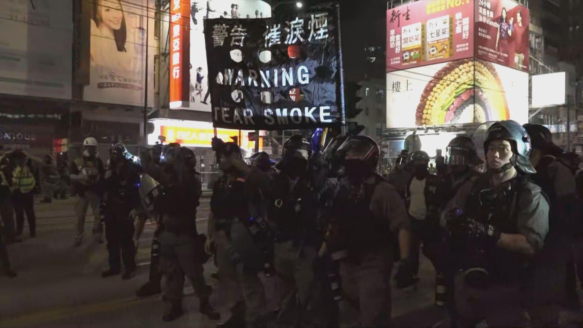 警員晚上元朗截查市民 一度舉黑旗示警