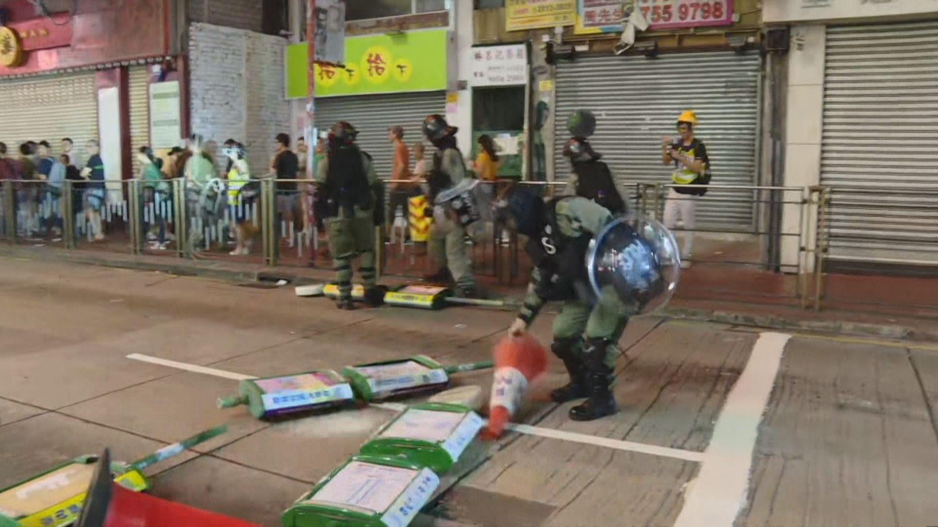 警員晚上元朗截查市民 警方稱示威者破壞交通燈