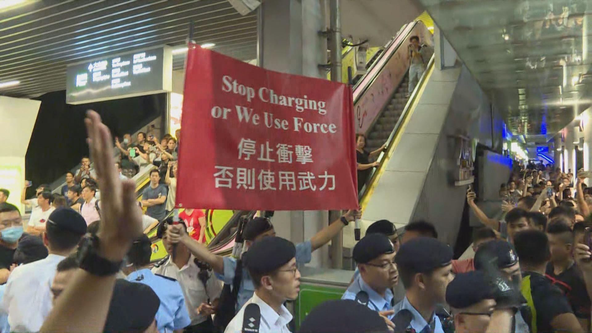 油塘有支持及反對修例市民爭執 警方一度舉起紅旗示警