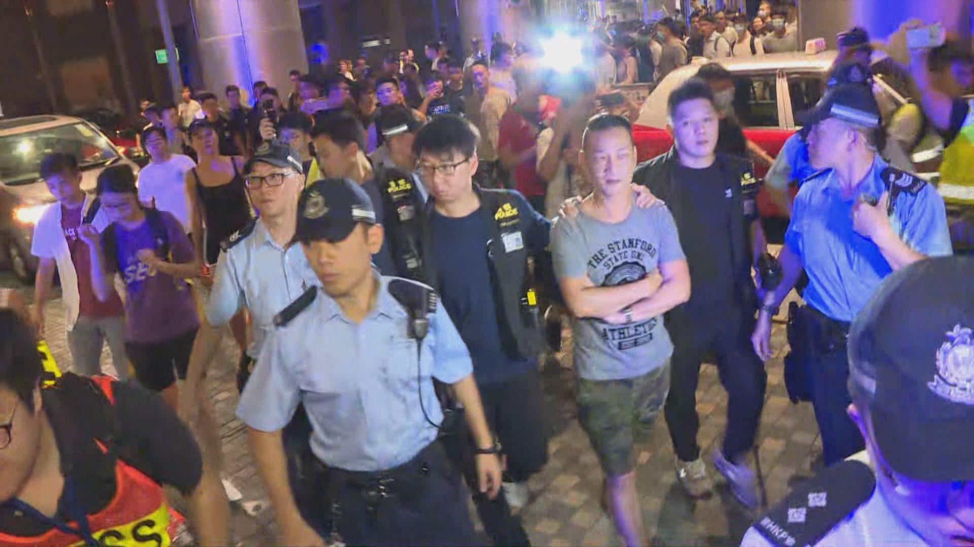 警方帶走數名男子涉襲擊他人