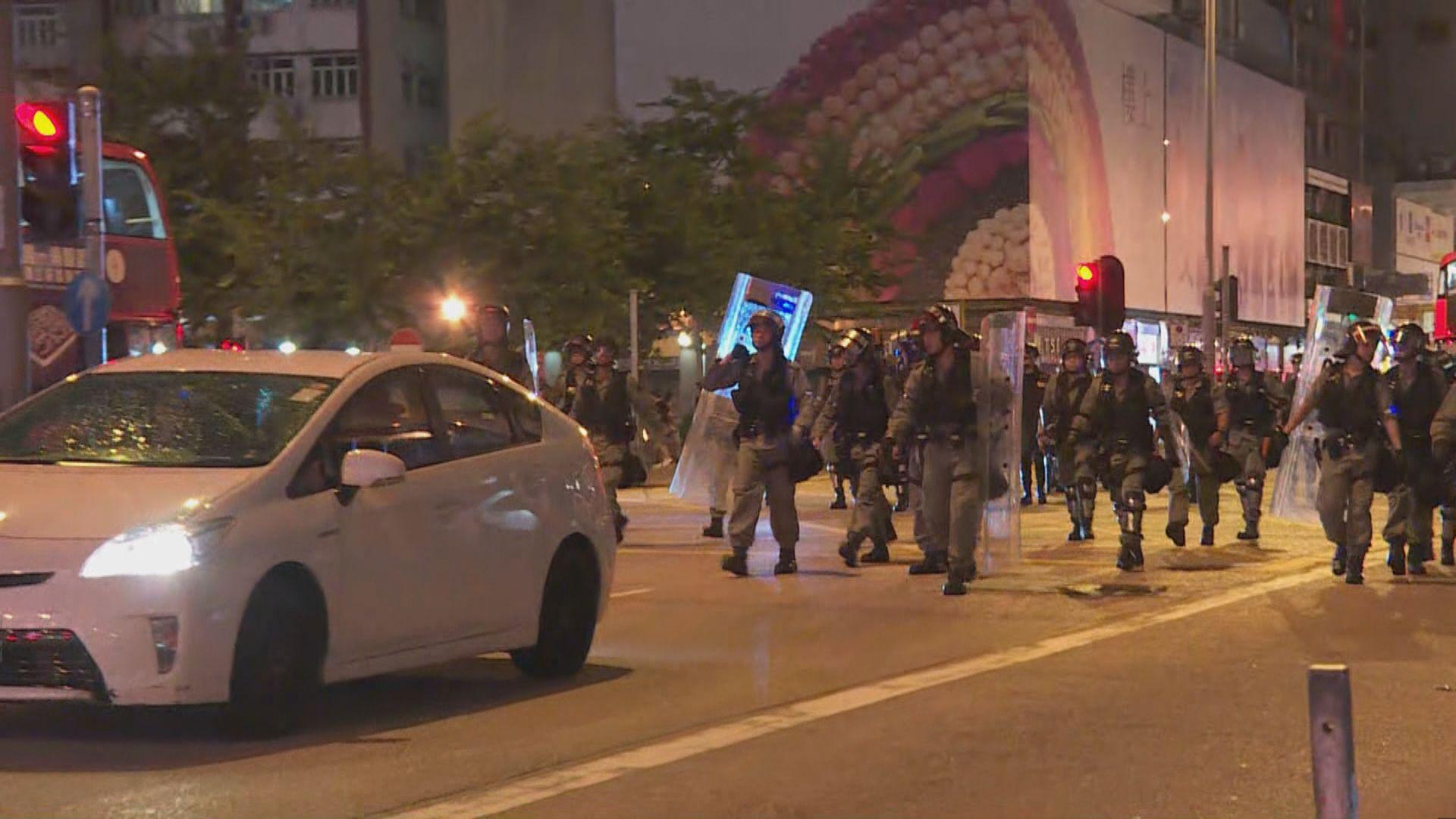 示威者再在旺角警署外聚集 防暴警驅散