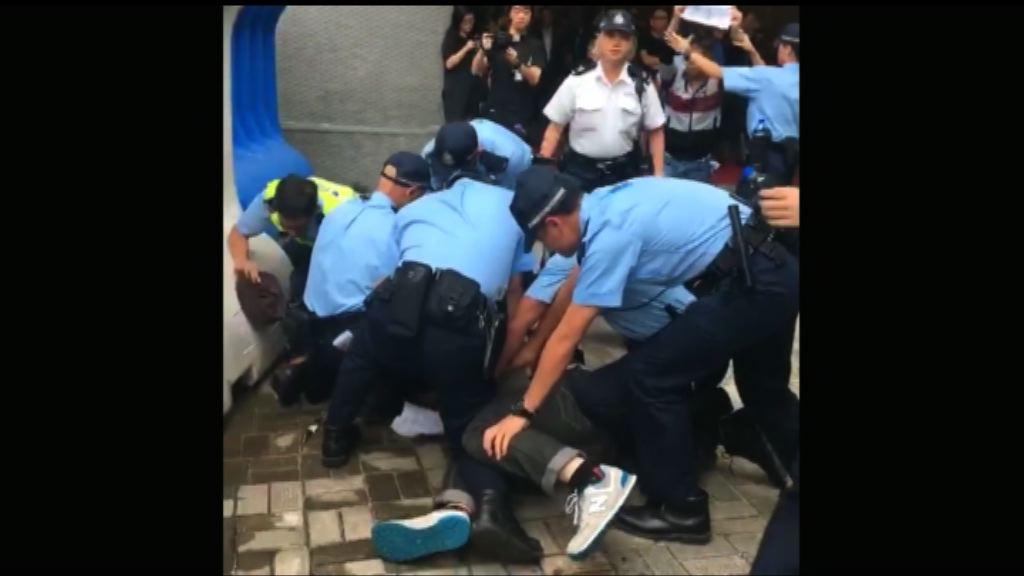 有團體趁張德江訪港時示威及掛直幡